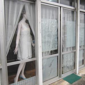 シミーズのマネキンがいる静子洋裁店