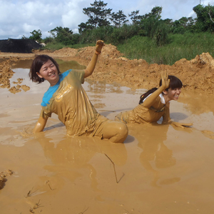 米軍基地内の泥沼を走る障害物競走「マッドラン」に出場した