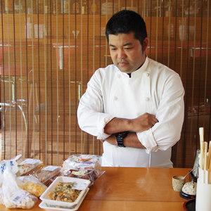 沖縄のたべものにカレーをかけてその道の人に食べてもらう